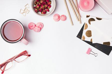 ピンクの色付きのオブジェクト、ハーブ茶や白背景、上面に乾燥バラ 写真素材