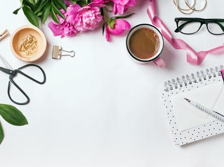 スタイリッシュなアイテムや美しいピンク牡丹