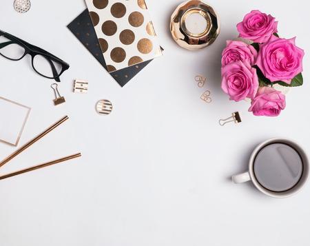 ゴールド アクセサリー、コーヒーと美しいバラ、上から見ると女性の職場