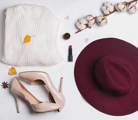 Tenue de femme élégante automne. Pull, chapeau, chaussures et petits objets liés à l'automne, vue de dessus.