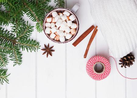 Rami caldi di cacao e di abete sul tavolo bianco. Mattina di Natale