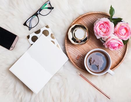 Styled weiblicher Schreibtisch. Arbeit von zu Hause aus Konzept
