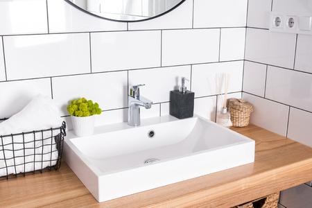 Intérieur de salle de bain moderne dans les détails.
