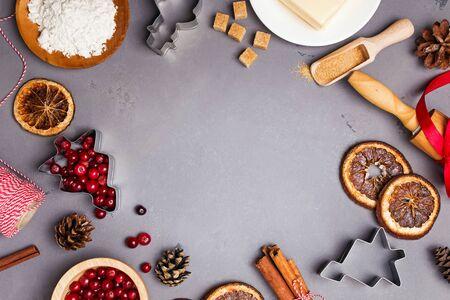 Festlicher Weihnachtsrahmen mit Backwerkzeugen und Zutaten.