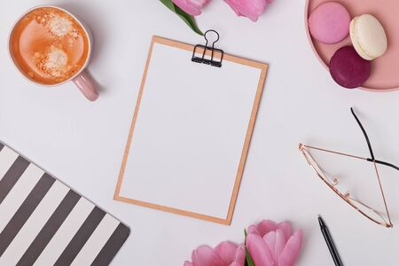 Feminine styled work place with tulips and coffee. Standard-Bild - 134852979