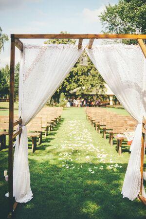 Wedding arch, outdoor concept. Standard-Bild