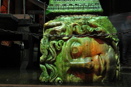 cisterna: La cabeza al rev�s de la medusa, apuntalando una columna de la Cisterna Bas�lica en Estambul.