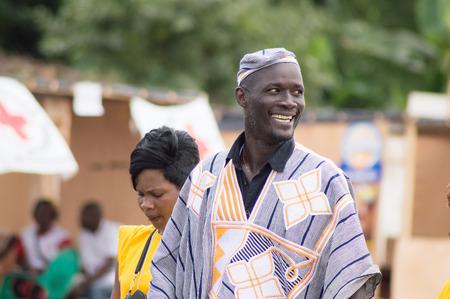 29 août 2014 le jour de l'ouverture de la fête du poisson, nous pouvons voir la joie de l'homme qui est le promoteur de cet événement. Banque d'images - 33686932