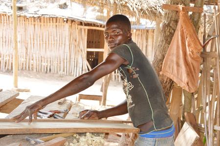 Ceci est un charpentier travaillant dans son atelier avec ses outils devant lui. Banque d'images - 39336809