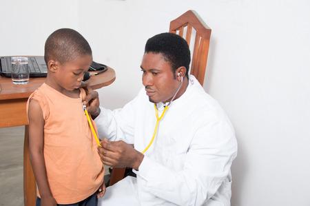 Gesundheit professionelle, ein Kind zu untersuchen. Standard-Bild - 52822467