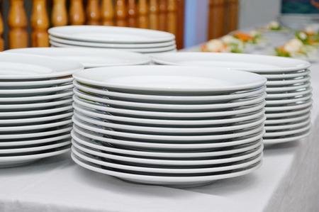 siervo: Pila de platos. Foto de archivo
