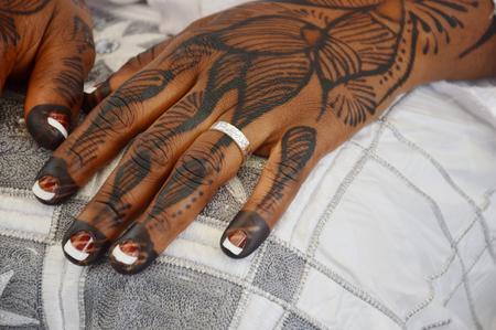Tatouages ??effectuées sur les mains et les pieds de la mariée pour un groupe ethnique en Côte d'Ivoire avec 60 groupes ethniques. Banque d'images - 58003057