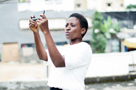 Young woman taking self-portrait outdoors Banque d'images