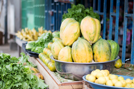Fresh fruit and vegetables on shelves for health. Banque d'images