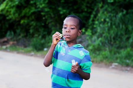 Boy est avoir des bulles de plaisir amusantes Banque d'images - 87422685