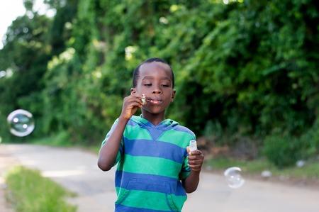 Boy is having fun blowing bubbles. Banque d'images