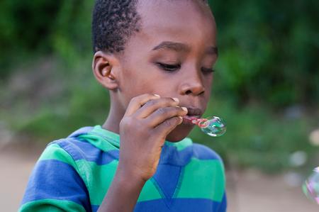 Petit garçon souffle des bulles d'air Banque d'images - 87549501