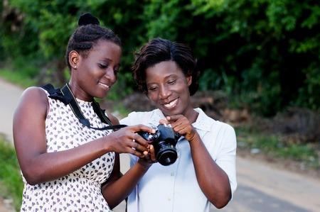 Jeune photographe montrant sa petite amie Banque d'images - 87492720