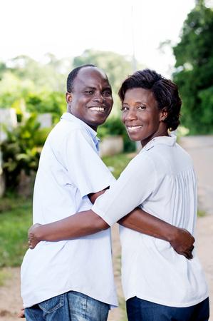 Heureux jeune couple en vacances, ont embrassé et regarder en arrière, en souriant. Banque d'images - 87422691