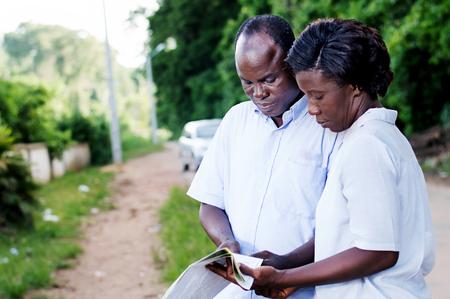 Jeune homme et jeune femme à la recherche de la route vers leur destination. Banque d'images - 92353956