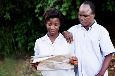 Jeune couple voyageant consulter une carte régionale en contryside. Banque d'images - 87723918