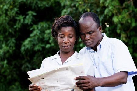Heureux jeune couple voyageant consulter une carte régionale. Banque d'images - 87941043