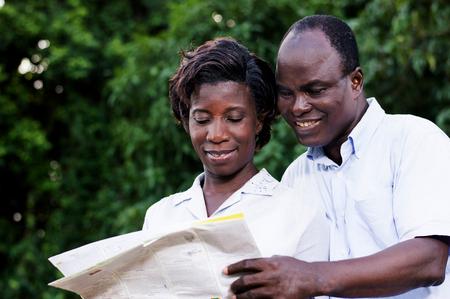 Heureux jeune couple voyageant consulter une carte régionale. Banque d'images - 87724179