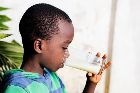 boy drinks milk in a glass. Banque d'images