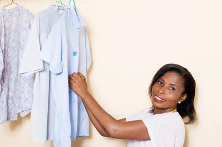The sewing student arranges sewn by putting the buttons Banque d'images - 98429390