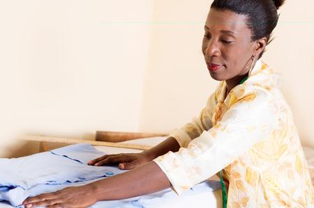 seamstress straighten a folder on his desk. Banque d'images - 98428398