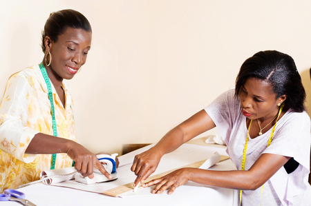 seamstress teaches her students to draw before carving. Banque d'images - 99354039