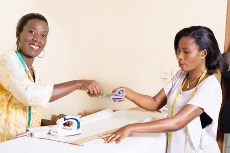 Couturière donnant ciseaux à son étudiant dans l & # 39 ; intérieur Banque d'images - 99399131