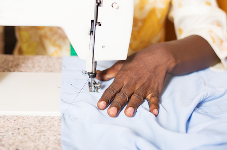 closeup of the woman's hand behind a sewing machine. Banque d'images - 99399130