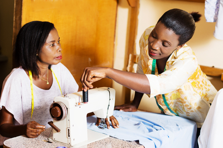 professional seamstress helps his student in practice. Banque d'images - 100022874
