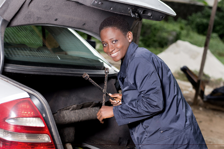 Young smiling mechanic is taking a break from the garage. Banque d'images - 102912575