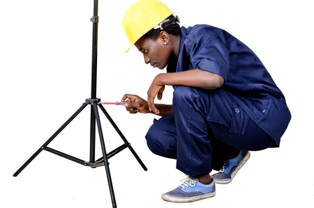 Young woman crouching dismounts a tripod. Banque d'images - 111828796