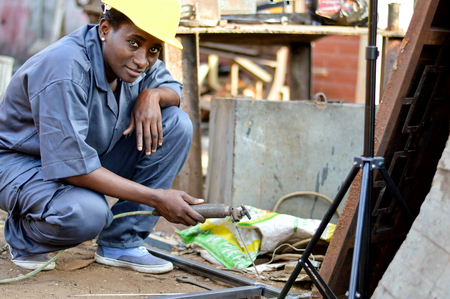 Young woman soldering to make an iron door. Banque d'images - 111828842