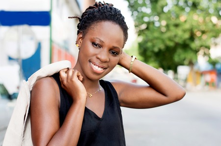 Beautiful African woman smiling standing hand over head looks at the camera. Banque d'images - 119444086