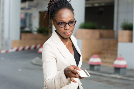 Beautiful young business woman holding a folder containing sales techniques. Banque d'images - 119443803