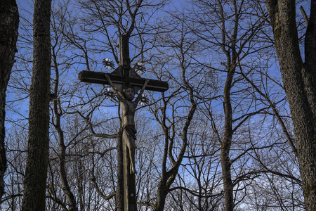 An old, rugged, wooden cross stands against a pure deep blue sky. Imagens