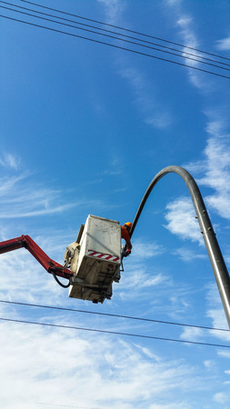 Installation of a traffic light on a lift in the afternoon in the city Imagens