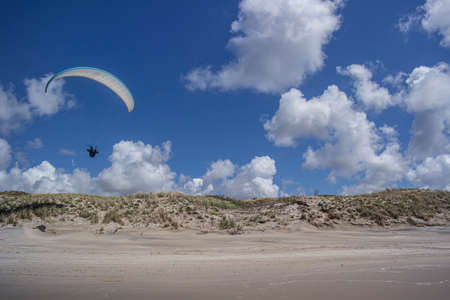 Paraglider on the Nida dune, in front of the Baltic sea in Lithuania Imagens