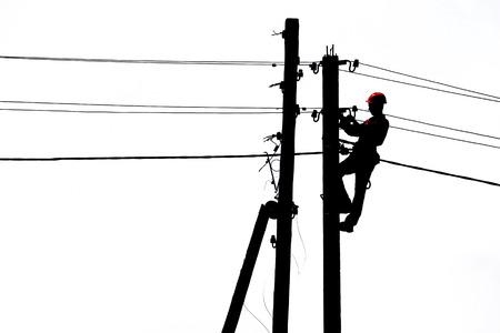 silhouet illustratie van een elektricien op een pool van de macht lijn Stockfoto