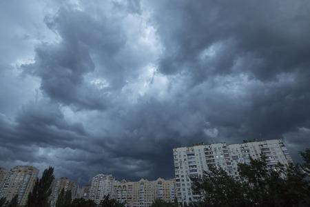 Zware bewolkte hemel boven avond Kiev Stockfoto