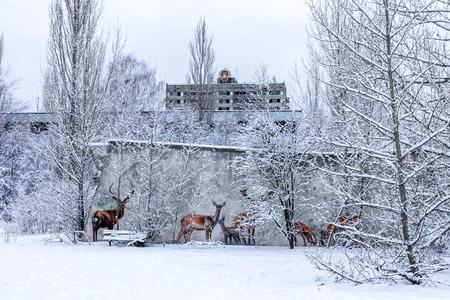 délivrance: Winter View Hôtel Pripyat avec l'emblème de l'Union soviétique. Tchernobyl, en Ukraine. Banque d'images