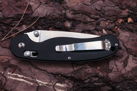 small butt: Knife with a clip.