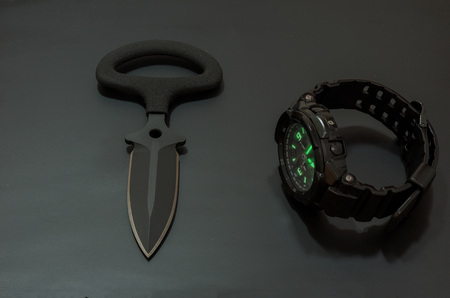 Tactical knife and tactical clock. Military attributes. Imagens