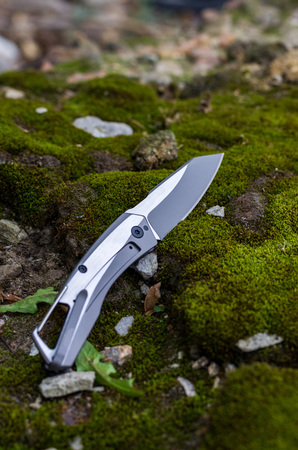 Folding knife for daily carrying. Vertical frame.