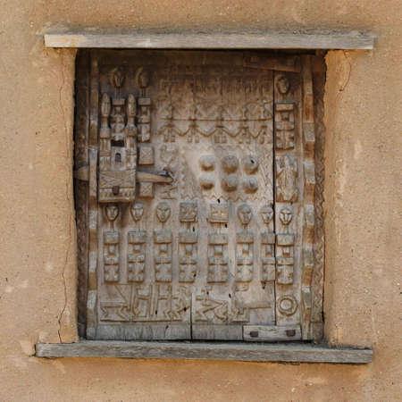 grecas: Ancient �frica calado. Ventana de madera con cerradura  Foto de archivo
