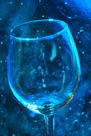 파란색 배경에 와인 유리